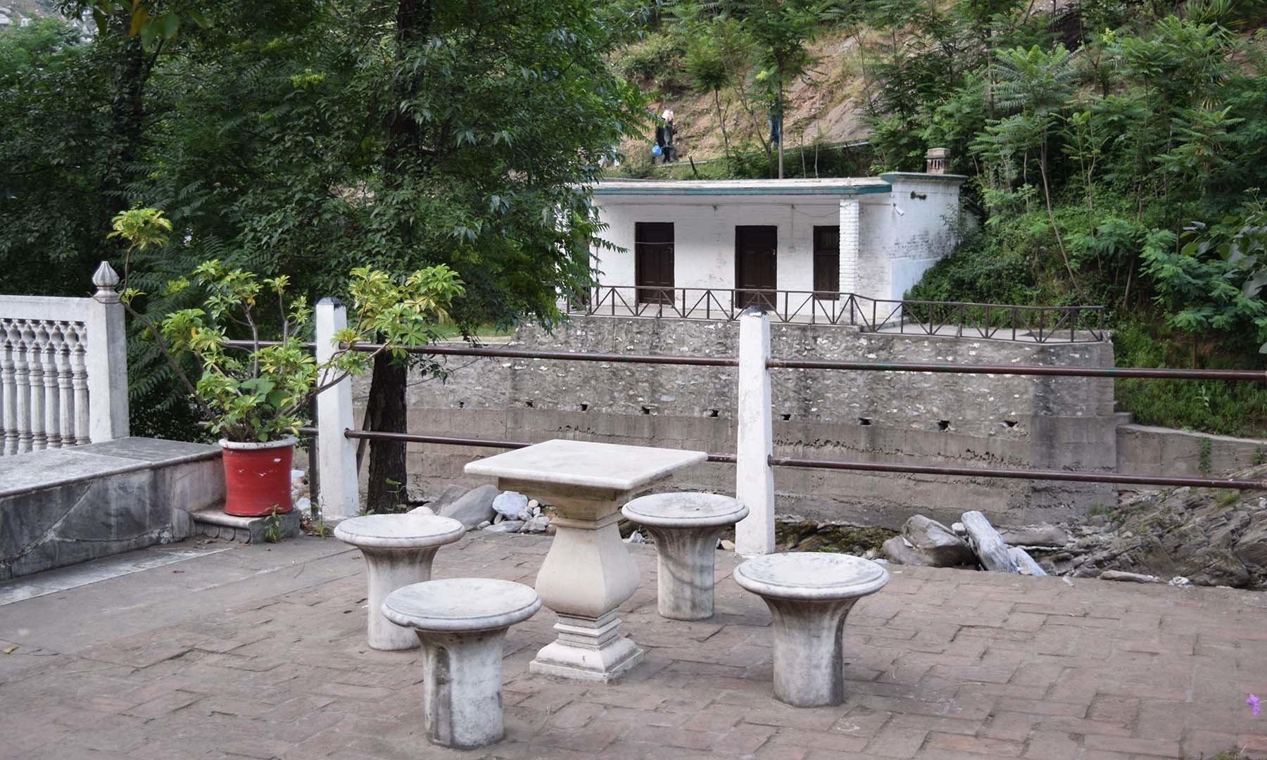 سفید محل کے صحن میں اسٹولوں اور میز کا دوسرا منظر۔
