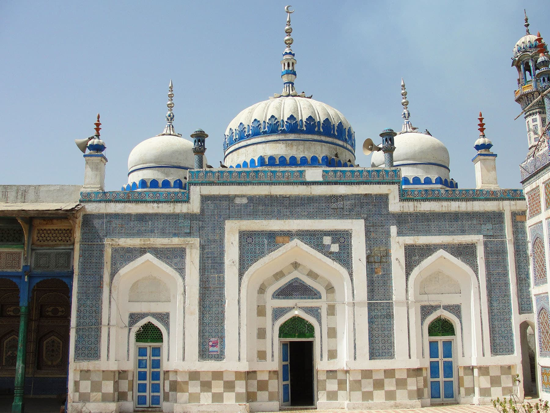 The three-domed mosque adjacent to the tomb.