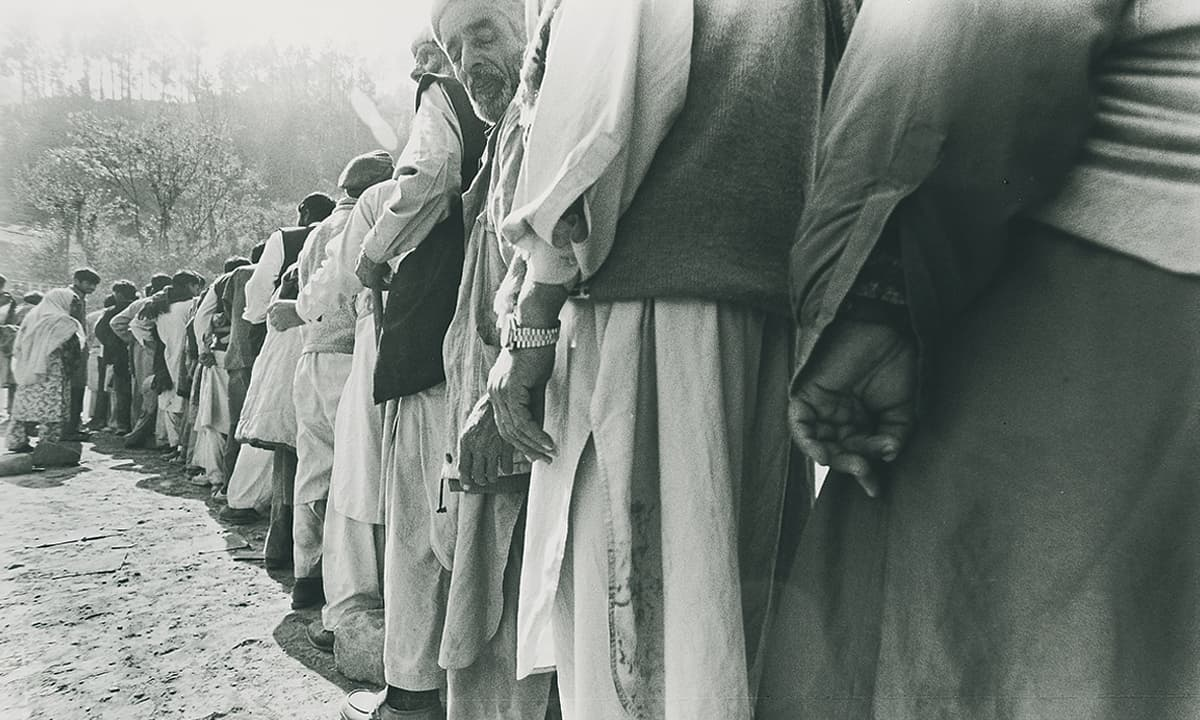 Earthquake victims wait in line for assistance | Arif Mahmood/White Star