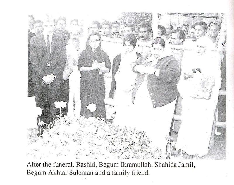 جنازے کے بعد راشد، بیگم اکرام اللہ، شاہدہ جمیل، بیگم اختر سلیمان، اور ایک خاندانی دوست۔
