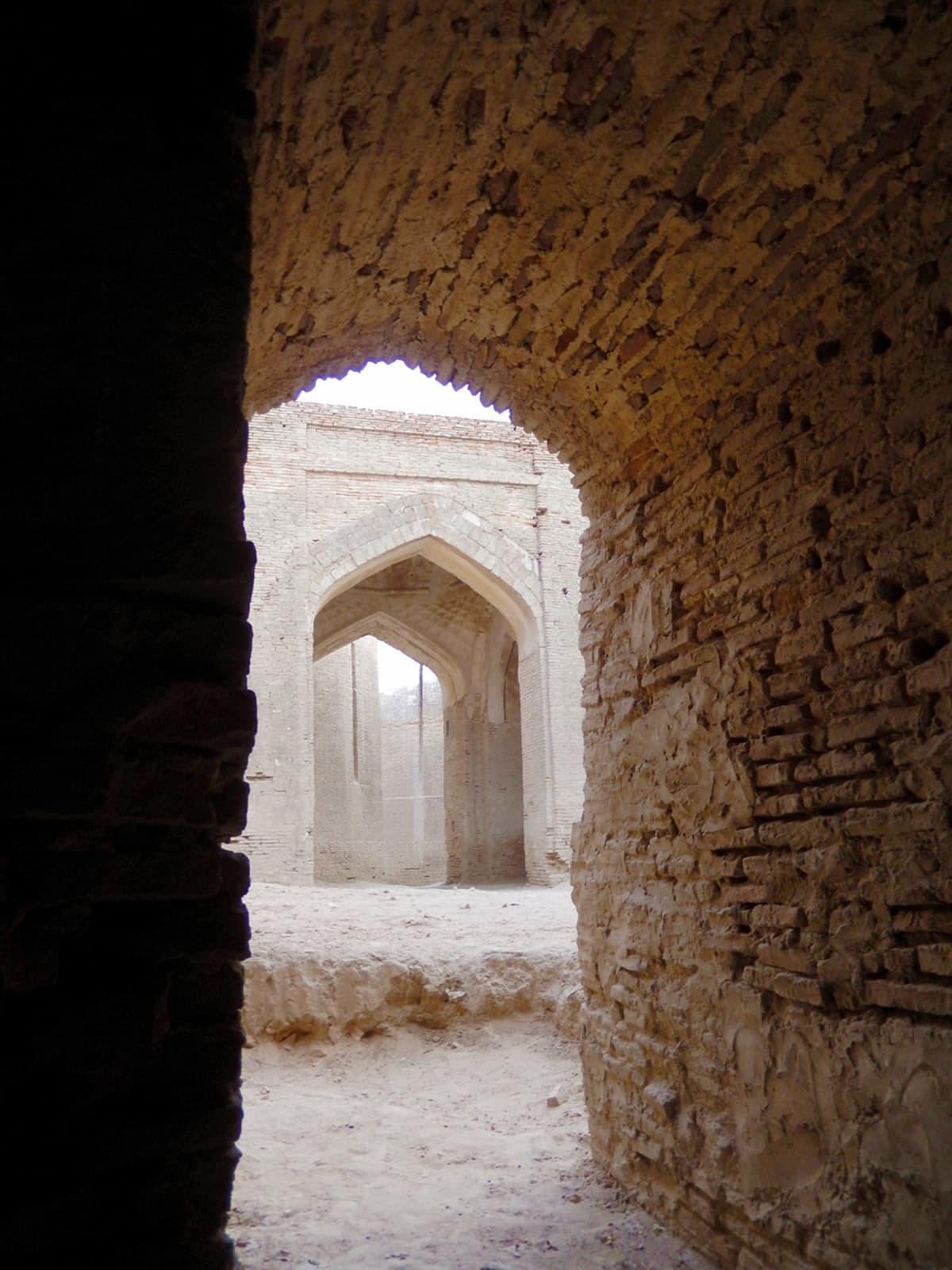 بیرکس کے دروازے سے مرکزی دروازے کا منظر