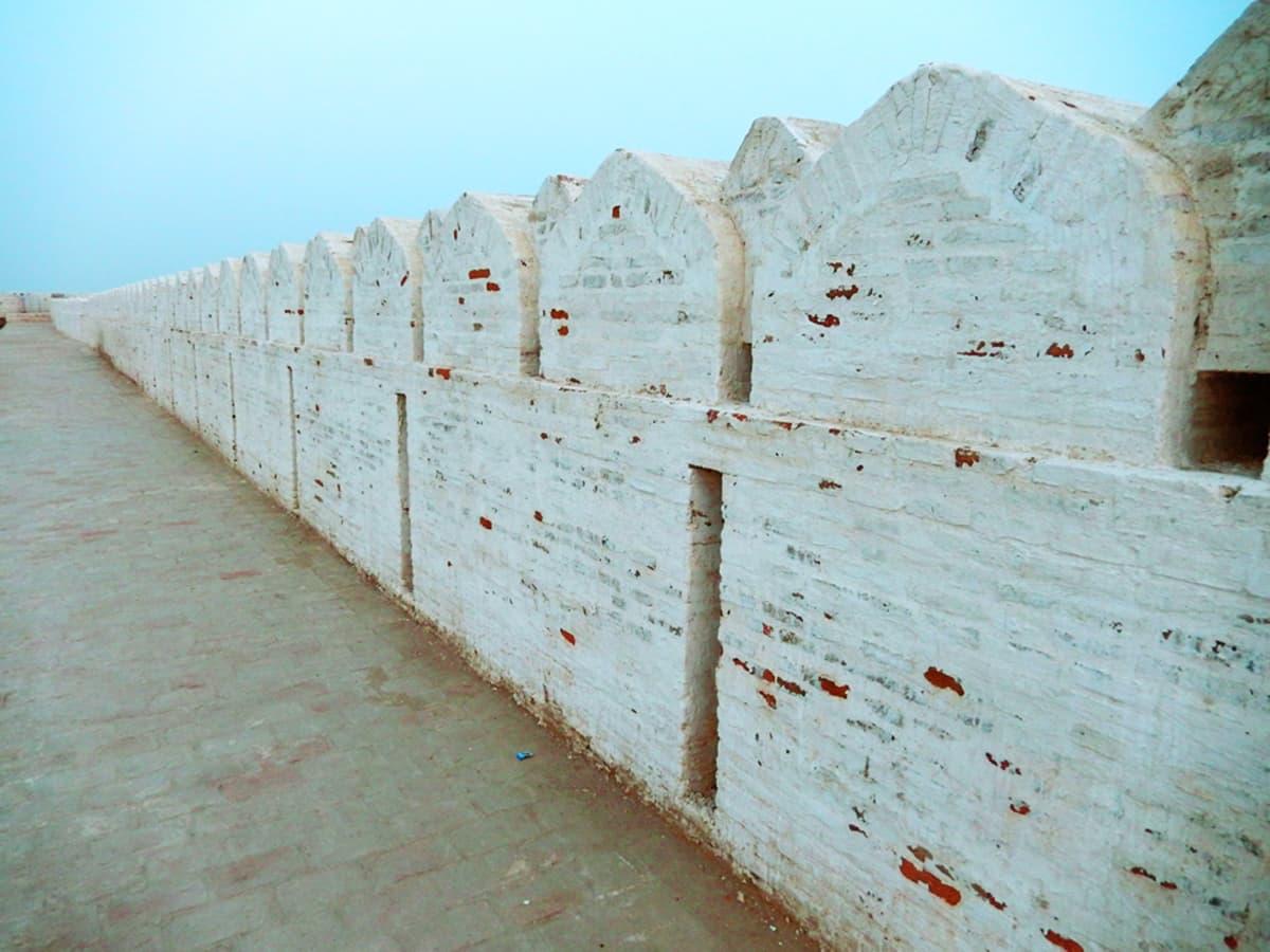 دیوار اب بھی تقریباً اصل حالت میں برقرار ہے۔