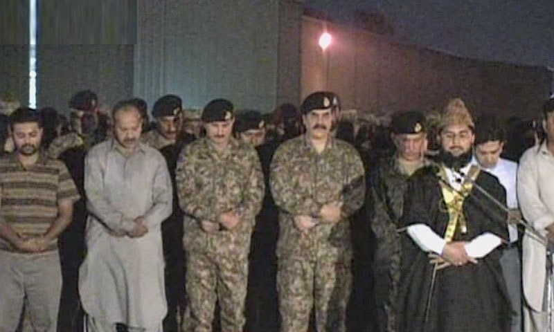 COAS Gen Raheel Sharif attends funeral prayers of deceased army men. -DawnNews screengrab
