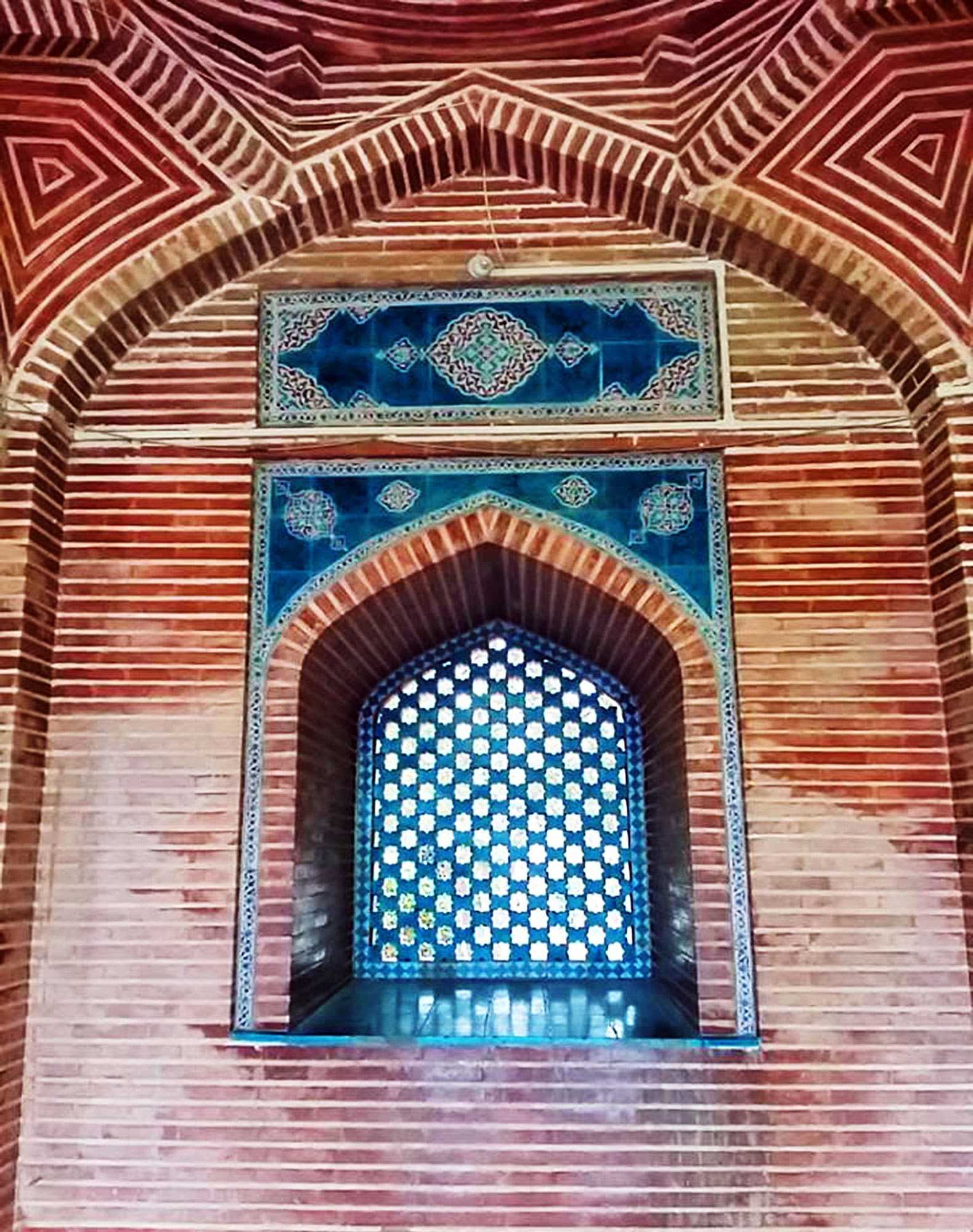 Tiles and brickwork: A brilliant combination of blue and red.