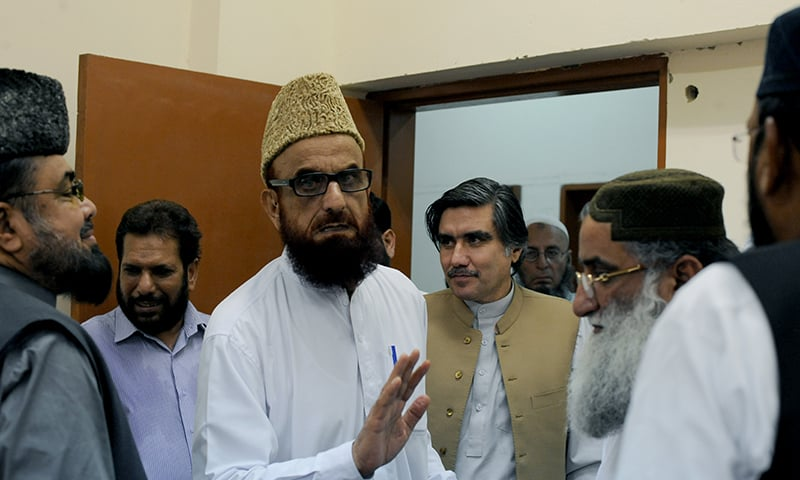 Muneeb-ur-Rehman speaks to other religious scholars with Alam Zeb Khan at his side | Arif Mahmood, White Star