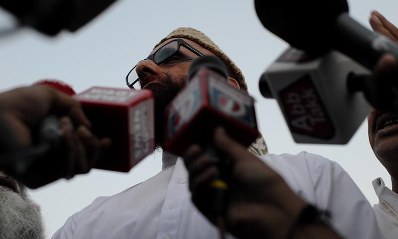 Muneeb-ur-Rehman surrounded by the media | Arif Mahmood, White Star