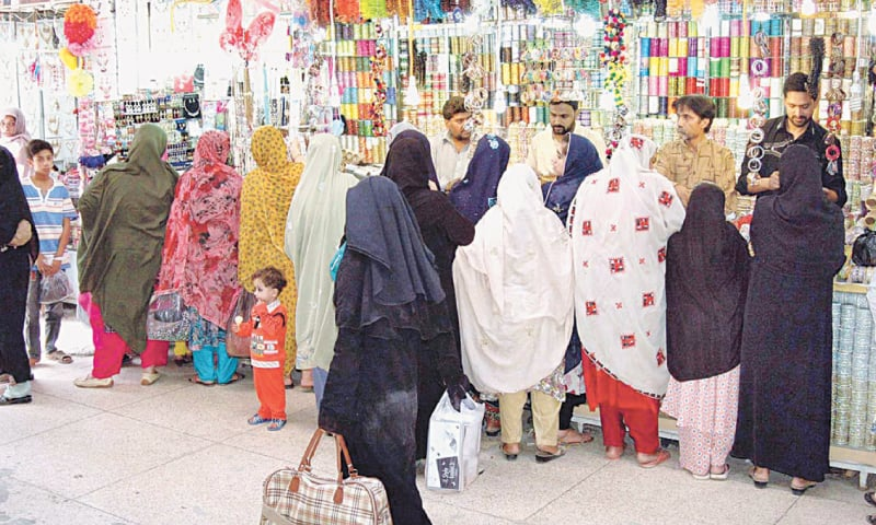 QUETTA: A large number of ladies purchasing bangles in connection with Eid  shopping on July 15.—APP