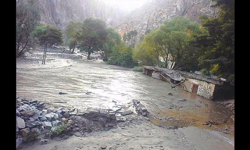 وادیٔ لوٹکوہ کے ایک تباہ شدہ گاؤں شوگور کا ایک منظر—فوٹو ڈان