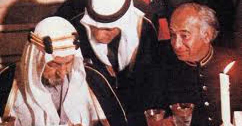Z.A. Bhutto (right) hosting a dinner for Saudi king, Faisal, in Karachi (1975). On the King's 'advice,' Bhutto toned down his socialist rhetoric and smoothed his relations with Pakistan's Islamic parties.