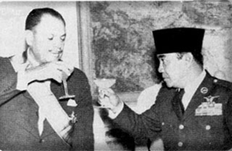 Ayub offering a toast to Pak-Indonesia friendship with famous Indonesian leader, Sukarno.