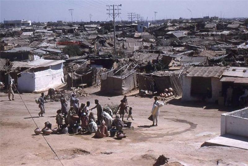 A sprawling slum in Karachi (1960).