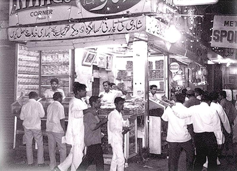 People buying snacks for Iftaar in Karachi during the 1961 Ramazan.