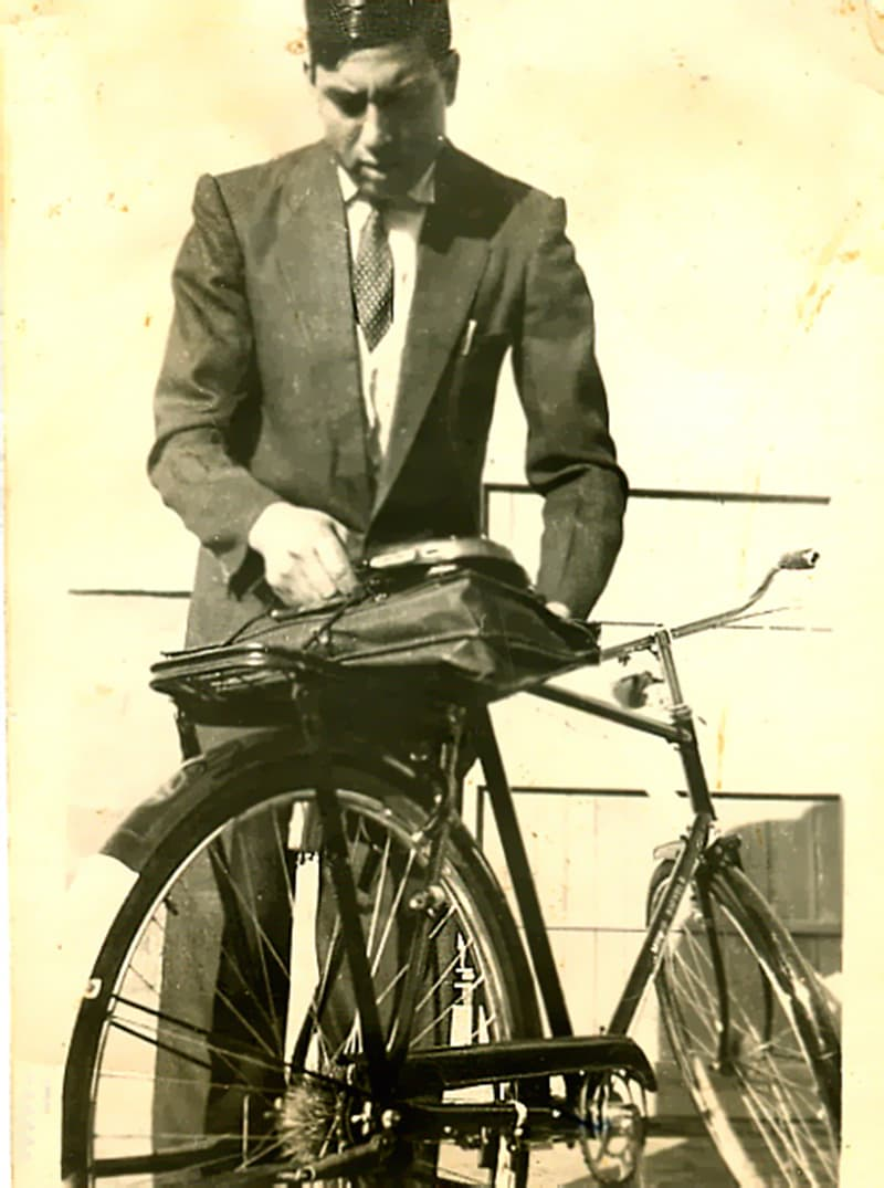 A man in Lahore prepares to leave for his office on his bike (1961).