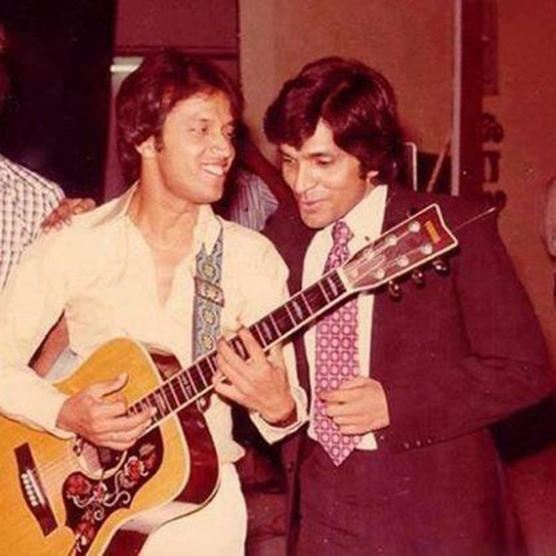 Pop singer, Alamgir, with famous comedian, Moin Akhtar in Karachi (1977).