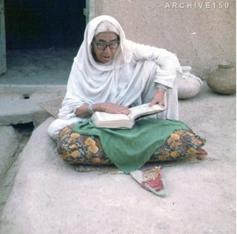 An old woman reciting the holy book in Lahore, 1977.