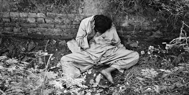 A heroin addict in Karachi, 1985. Heroin sale and addiction shot up dramatically in Pakistan across the 1980s. By the mid-1980s, Pakistan had the second highest number of heroin addicts.