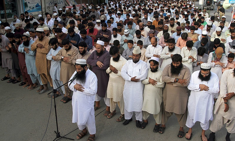 Supporters of Jamaatud Dawa offer funeral prayers for Taliban leader Mullah Omar outside a mosque in Karachi, Sunday, August 2, 2015. – AP