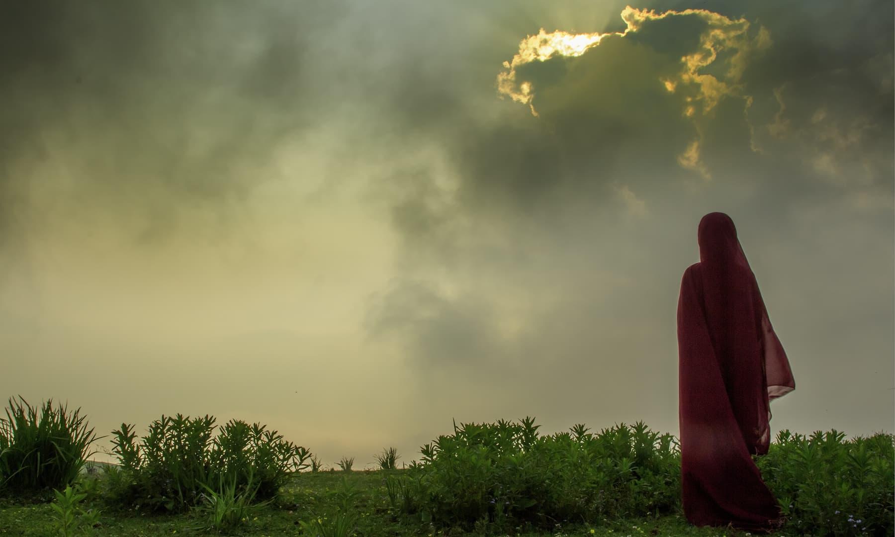 پائے میں ڈوبتا سورج دیکھتی ایک دوشیزہ.— فوٹو سید مہدی بخاری