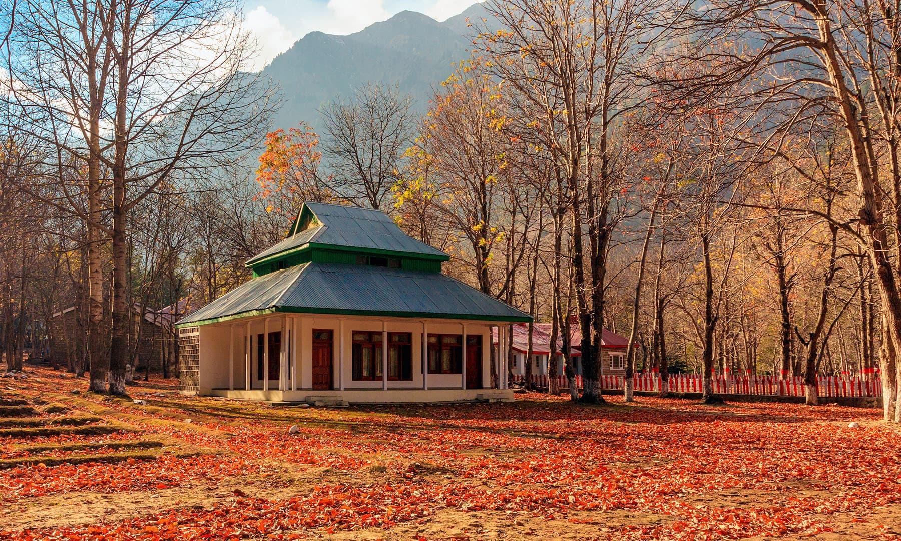 ناران میں پاکستان ٹورازم ڈویلپمنٹ کارپوریشن کا موٹل.— فوٹو سید مہدی بخاری