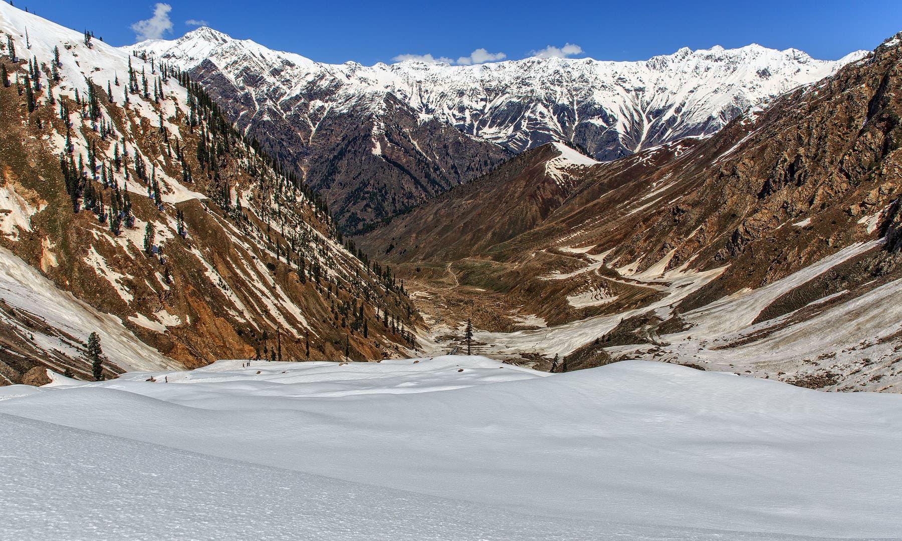 سیف الملوک کی جانب ٹریکنگ کرتے ہوئے وادی ناران کا منظر.— فوٹو سید مہدی بخاری