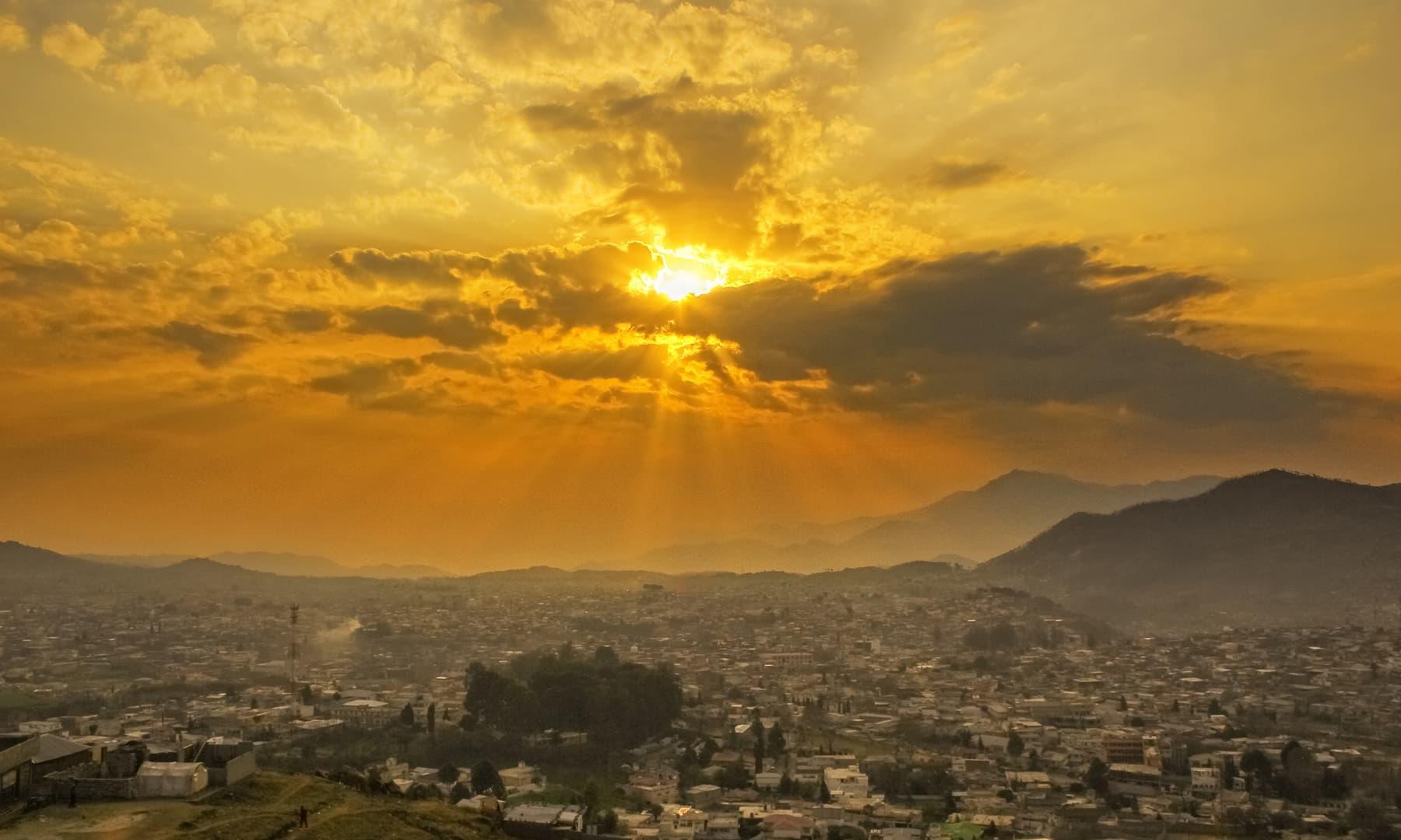 ایبٹ آباد کی صبح کا ایک منظر.— فوٹو سید مہدی بخاری