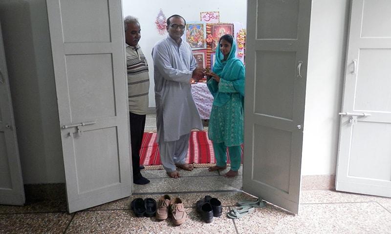 — مصنف اختر بلوچ، فیصل ایدھی، اور گیتا۔ — فوٹو محسن سومرو