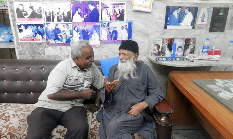 مصنف اختر بلوچ عبدالستار ایدھی کے ساتھ. — فوٹو محسن سومرو