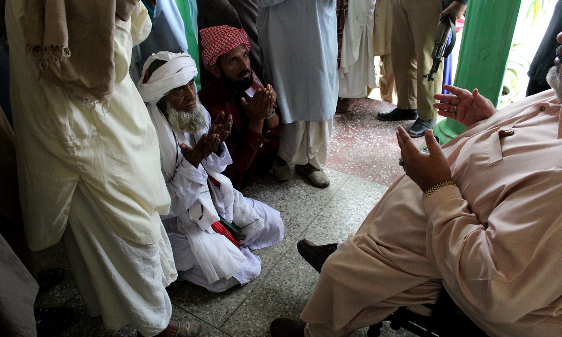 Iftikhar Hassan Gilani blessing his devotees at Shams Mahal | Danyal Adam Khan