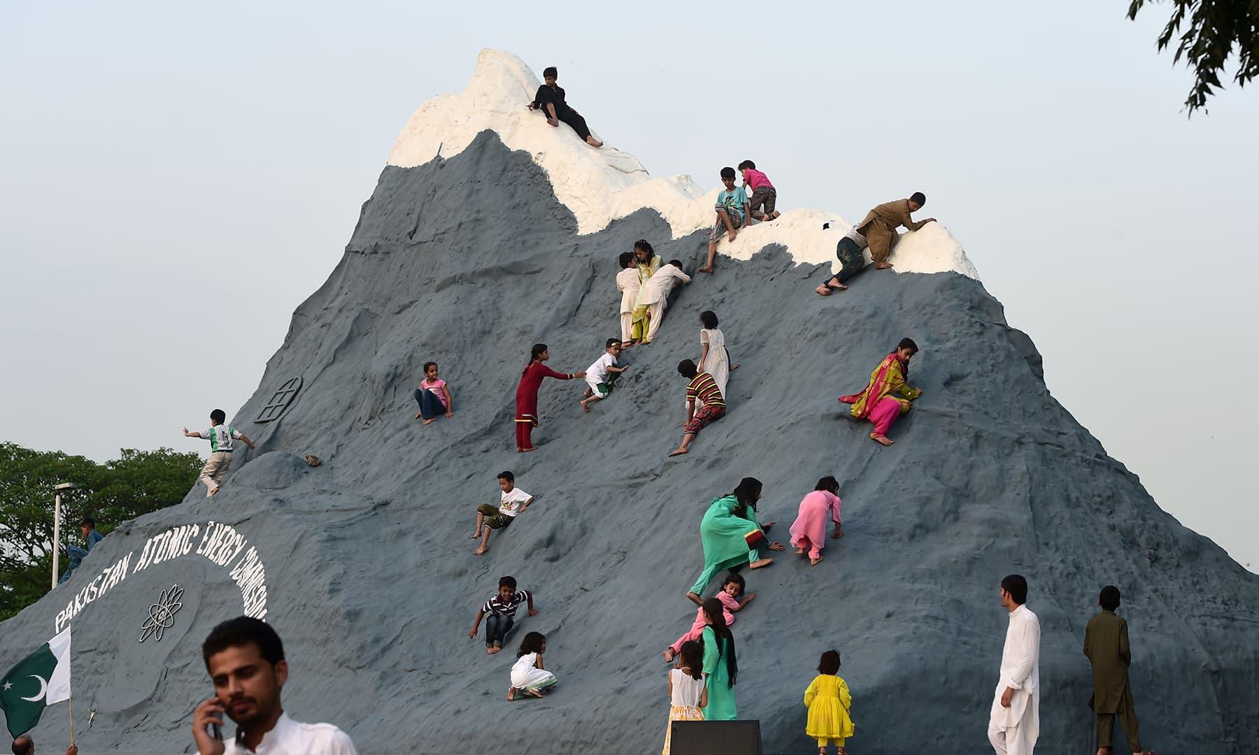 یوم آزادی کے موقع پر چاغی پہاڑ کی نقش ثانی بنائی گئی — فوٹو اے ایف پی