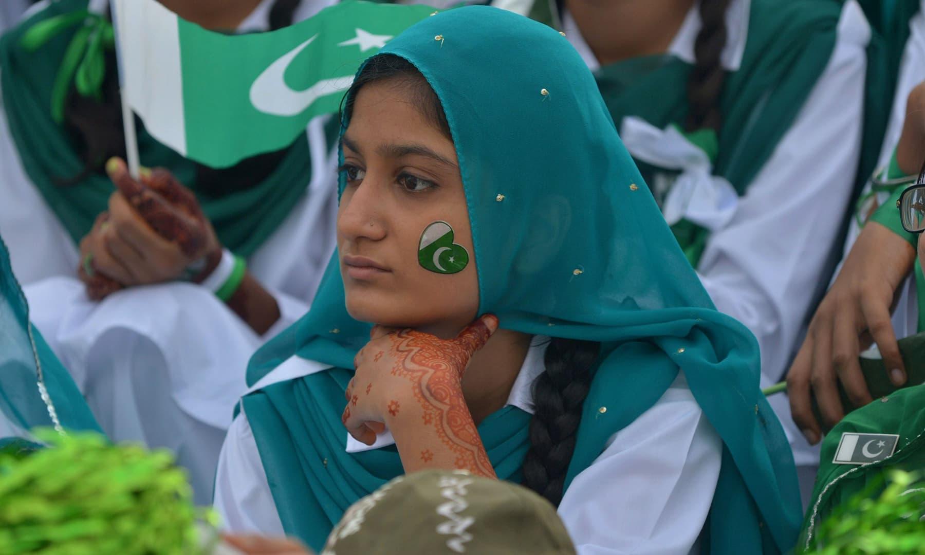 پاکستانی طالب علموں نے قائد اعظم کے مزار پر منعقد یوم آزادی کی تقریب میں شرکت کی — فوٹو اے ایف پی