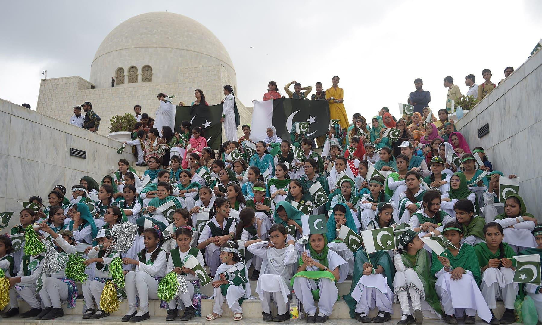 پاکستانی طالب علموں نے قائداعظم کے مزار پر منعقد یوم آزادی کی تقریب میں شرکت کی — فوٹو اے ایف پی