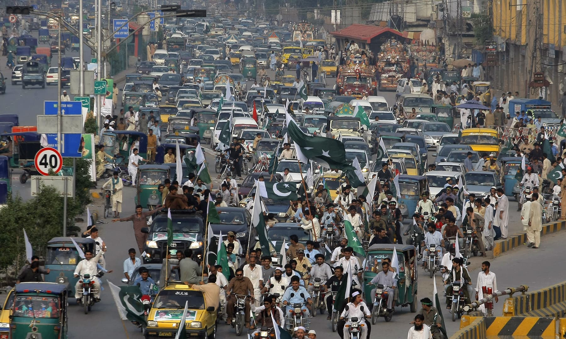 پشاور میں لوگوں نے سڑکوں پر نکل کر یوم آزادی کا جشن منایا — فوٹو اے ایف پی
