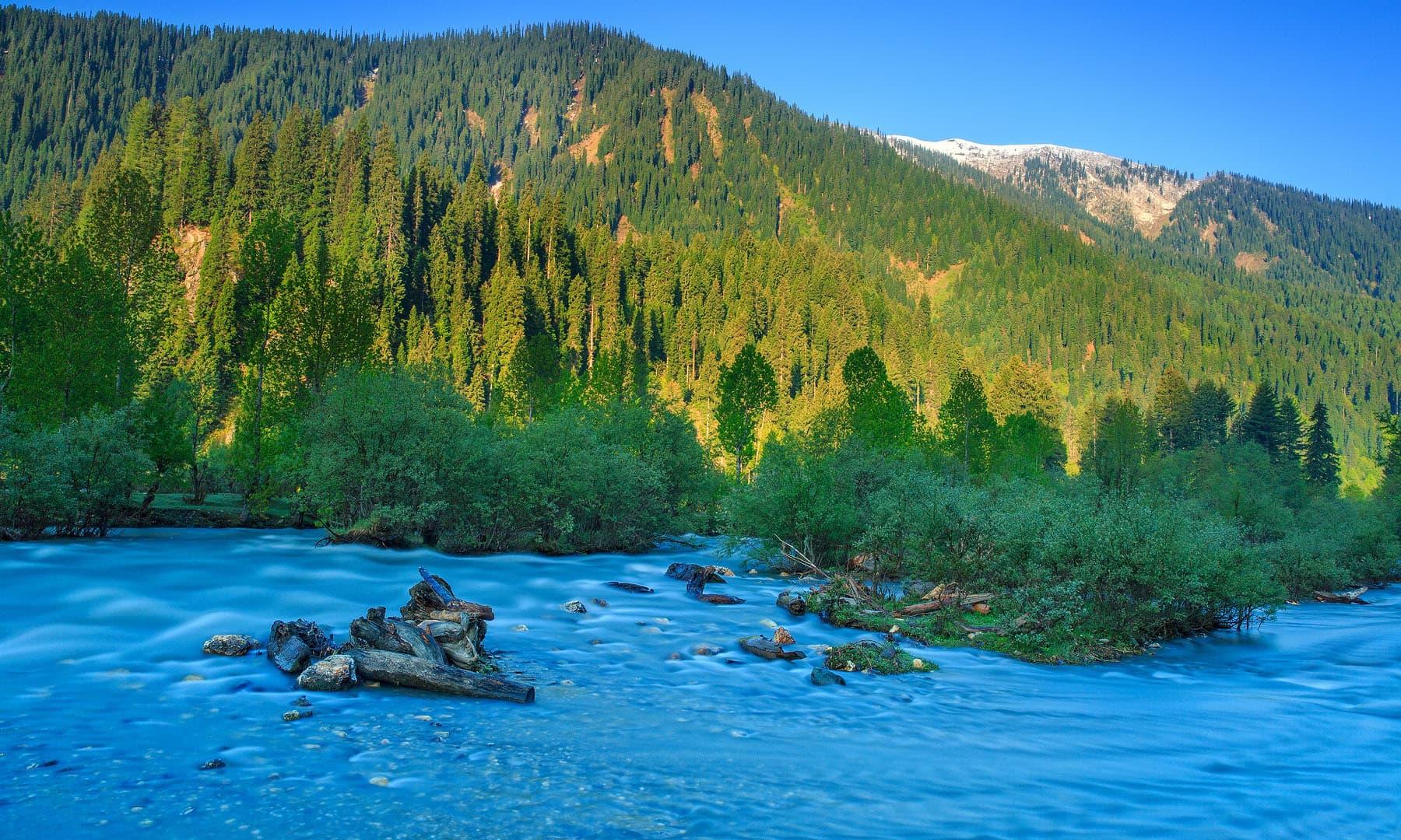 تاؤبٹ میں دریائے نیلم. تاؤبٹ. (لانگ ایکسپوژر) — فوٹو سید مہدی بخاری۔