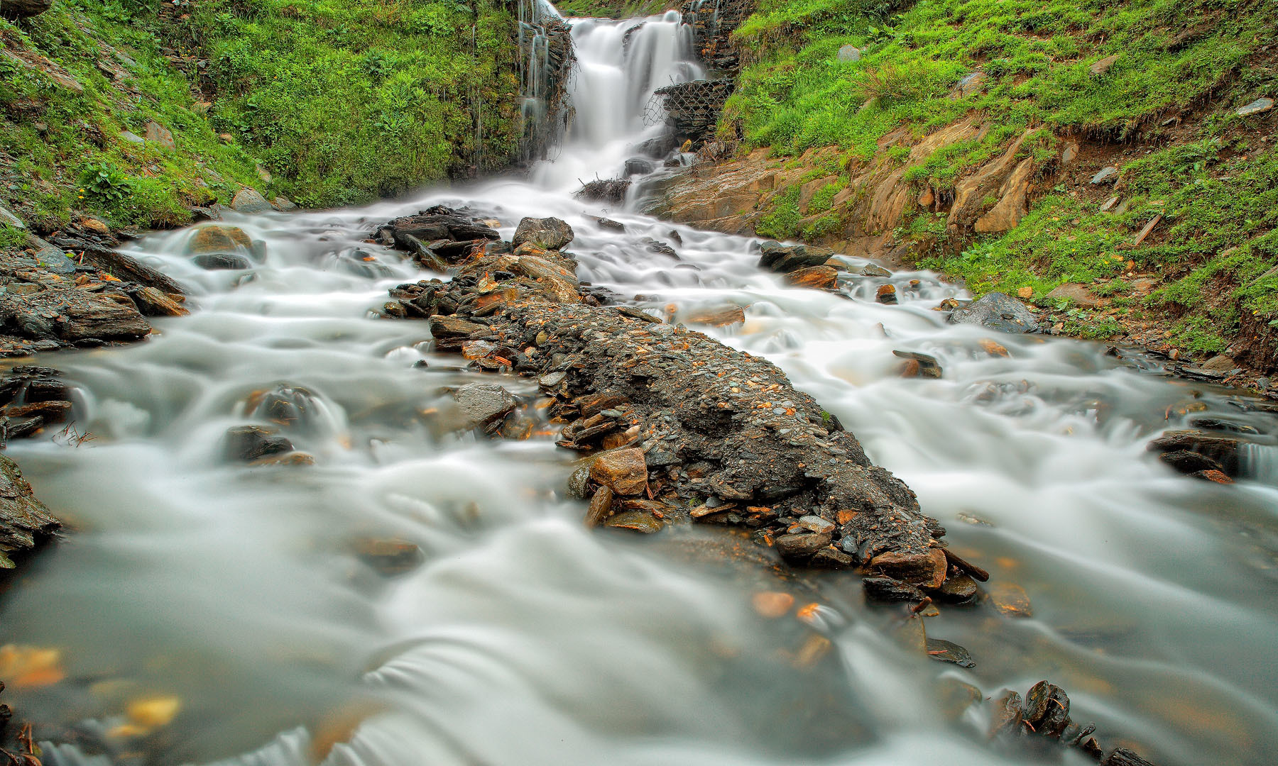 A mountain stream in Tau Butt (long exposure).