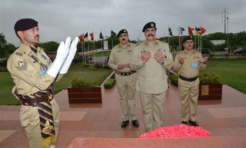 Army Chief offering Dua at the Yadgar-i-Shuhada monument. ─ Photo courtesy: ISPR