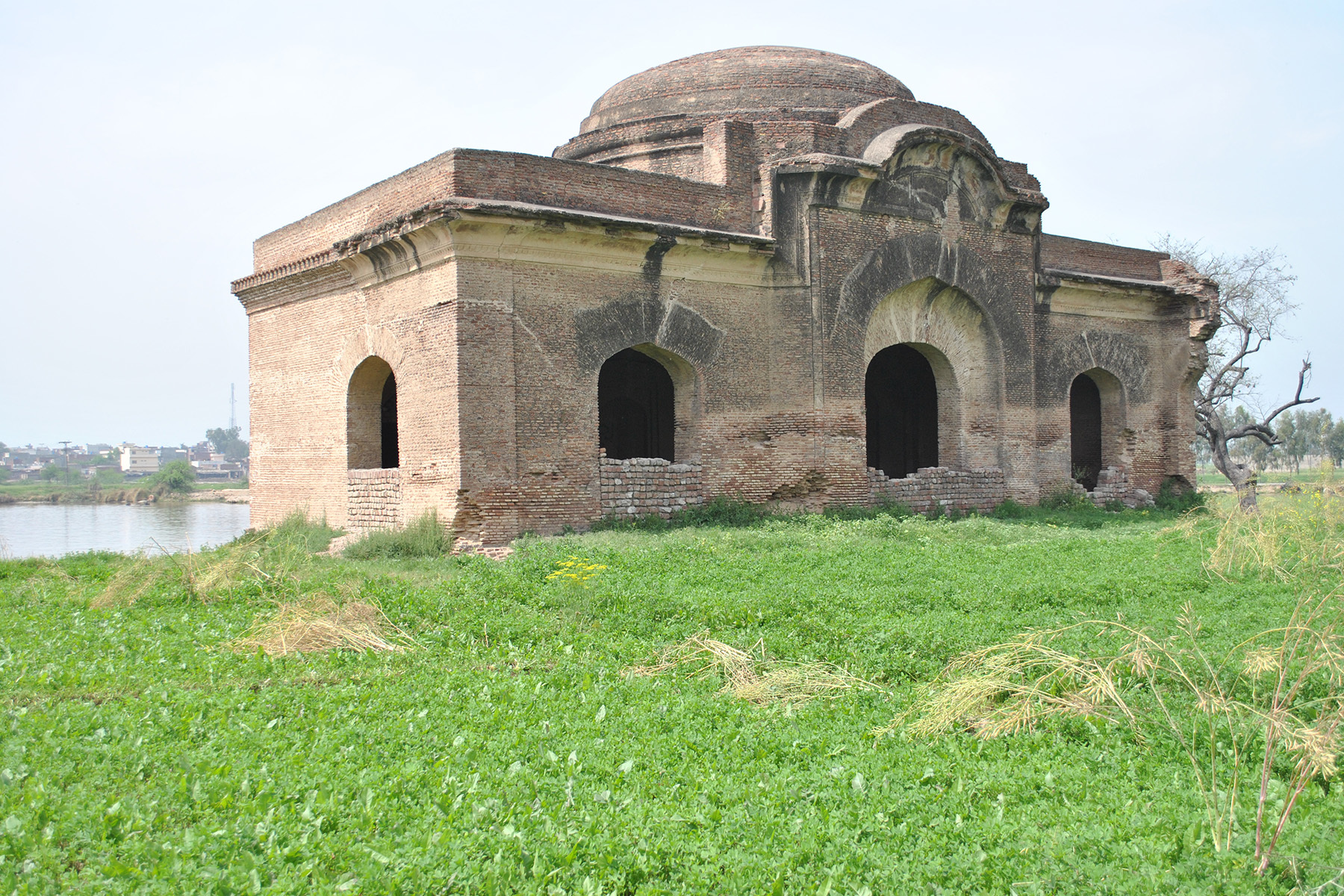 The mosque located in eastern vicinity of Eminabad is attributed to the Lodhi period, which makes it one of the oldest surviving mosques in Pakistan.