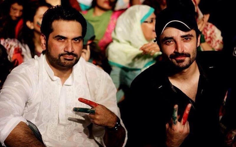 Hamza with Humayun Saeed at a PTI dharna last year — Photo courtesy Pyaray Afzal's Facebook page