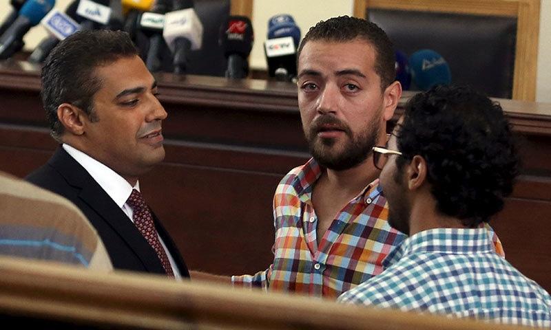 مصرکی عدالت نے محمد فہمی اور بابر محمد سمیت عرب چینل کے 3 صحافیوں کو 3 سال قید کی سزا سنادی ہے — فوٹو: رائٹرز