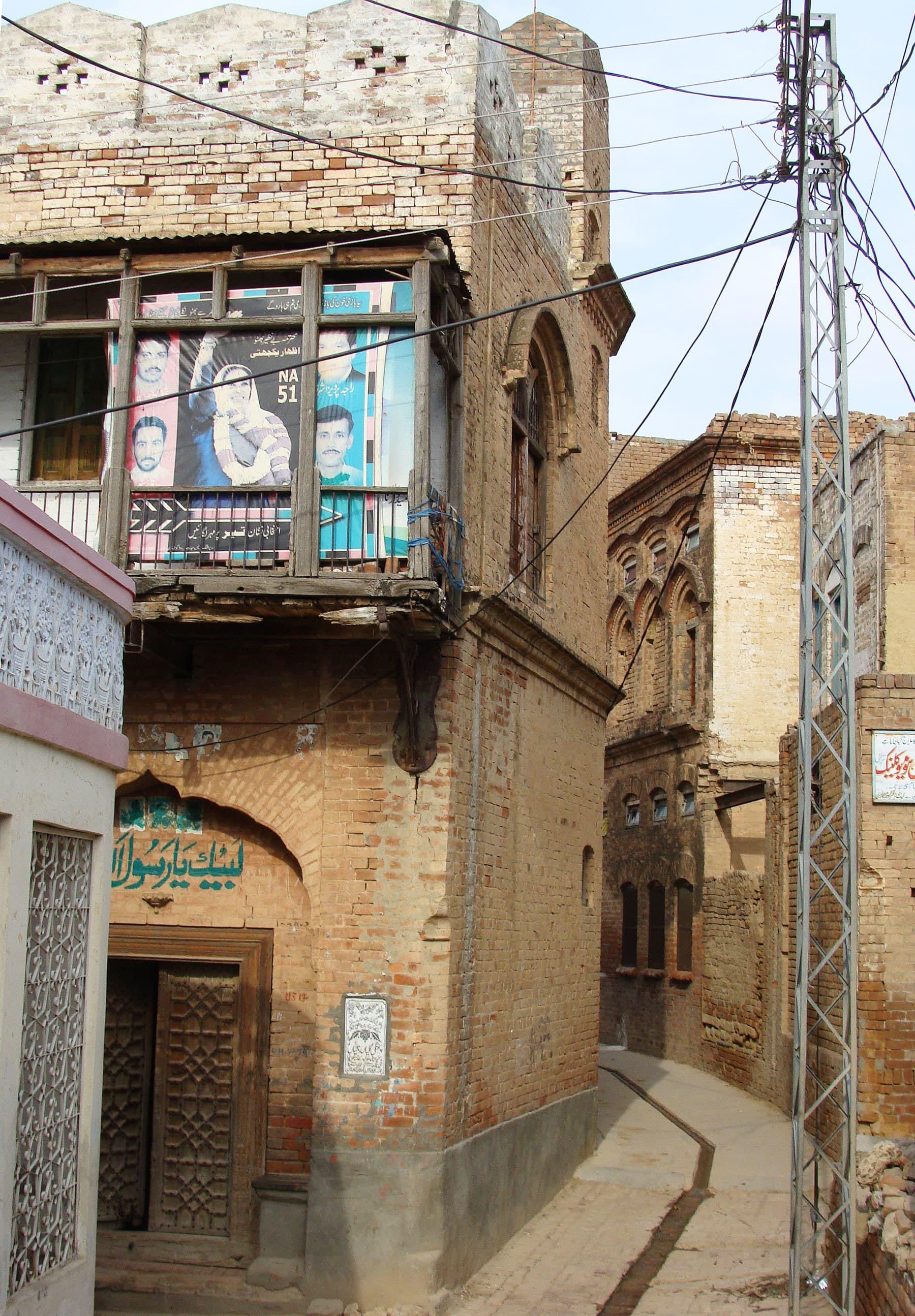 The narrow alleys of Narali.