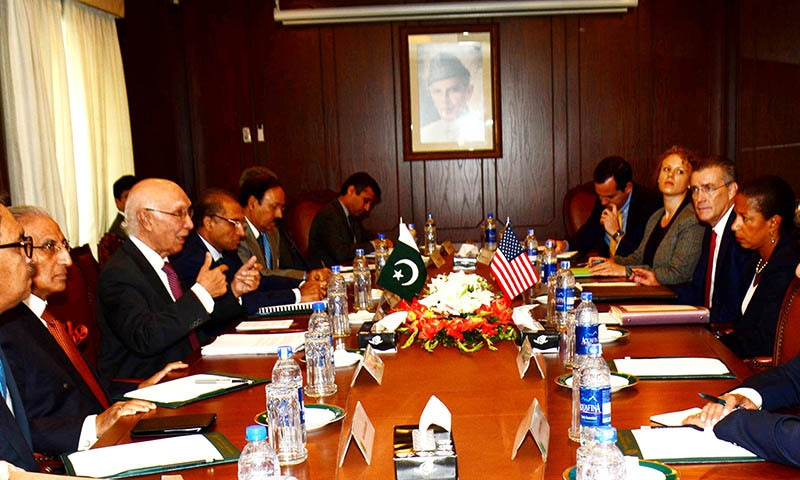 Adviser to the Prime Minister on National Security and Foreign Affairs, Sartaj Aziz meeting with US National Security Adviser Dr. Susan Rice in Islamabad on August 30, 2015.— PID