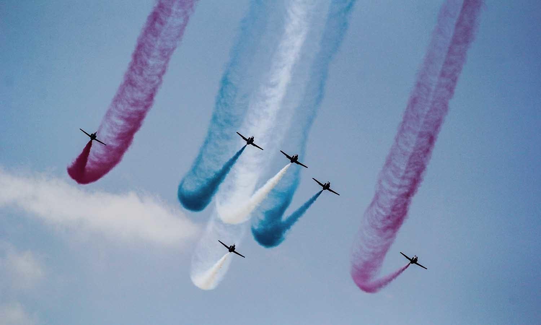 پاک فضائیہ کے طیارے یومِ دفاع کے لیے ریہرسل کر رہے ہیں — فوٹو محمد عثمان
