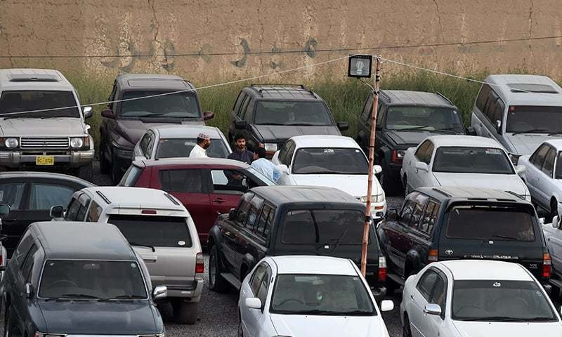 Be wary of the guy with posse! Your prospective buyer's car inspection crew shouldn't be more than a couple of people — AFP