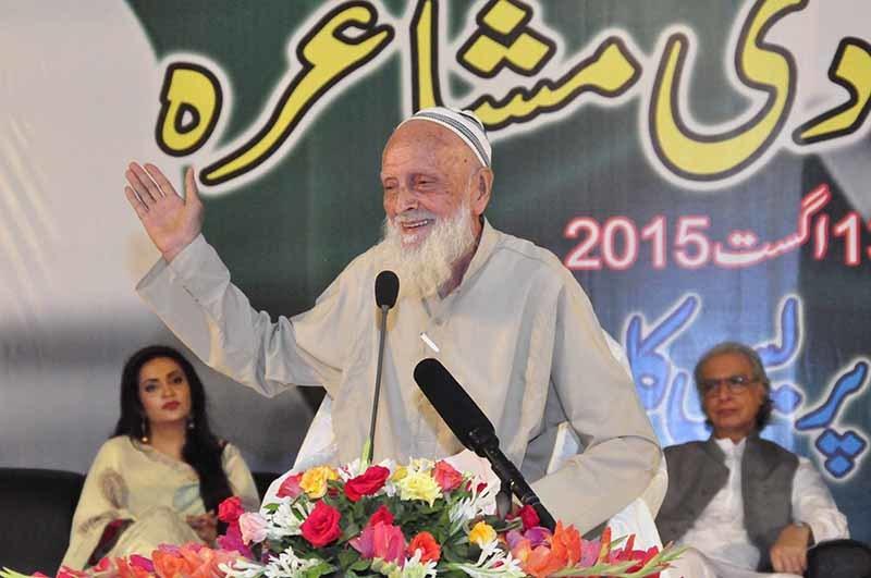 معروف شاعر عنایت علی خان سامعین سے داد وصول کر رہے ہیں.