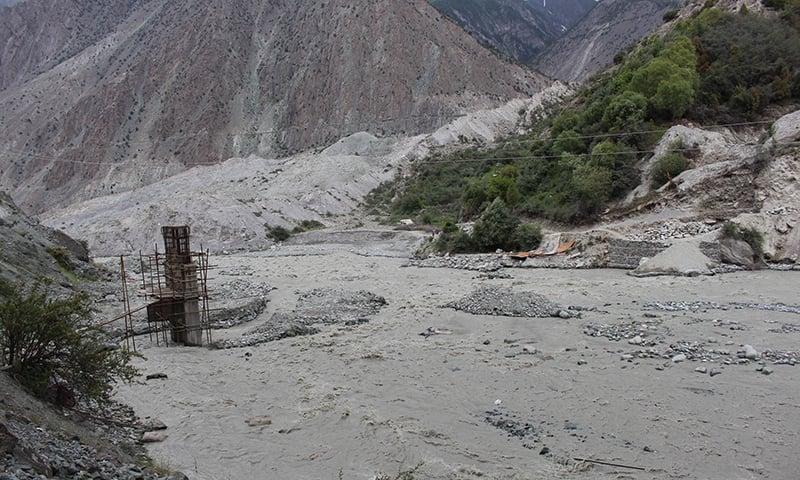 گلگت-بلتستان کا ایک بپھرا ہوا دریا. — فوٹو سید زاہد حسین۔