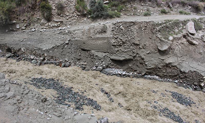 سیلاب سے ہونے والی تباہی۔ — فوٹو سید زاہد حسین۔