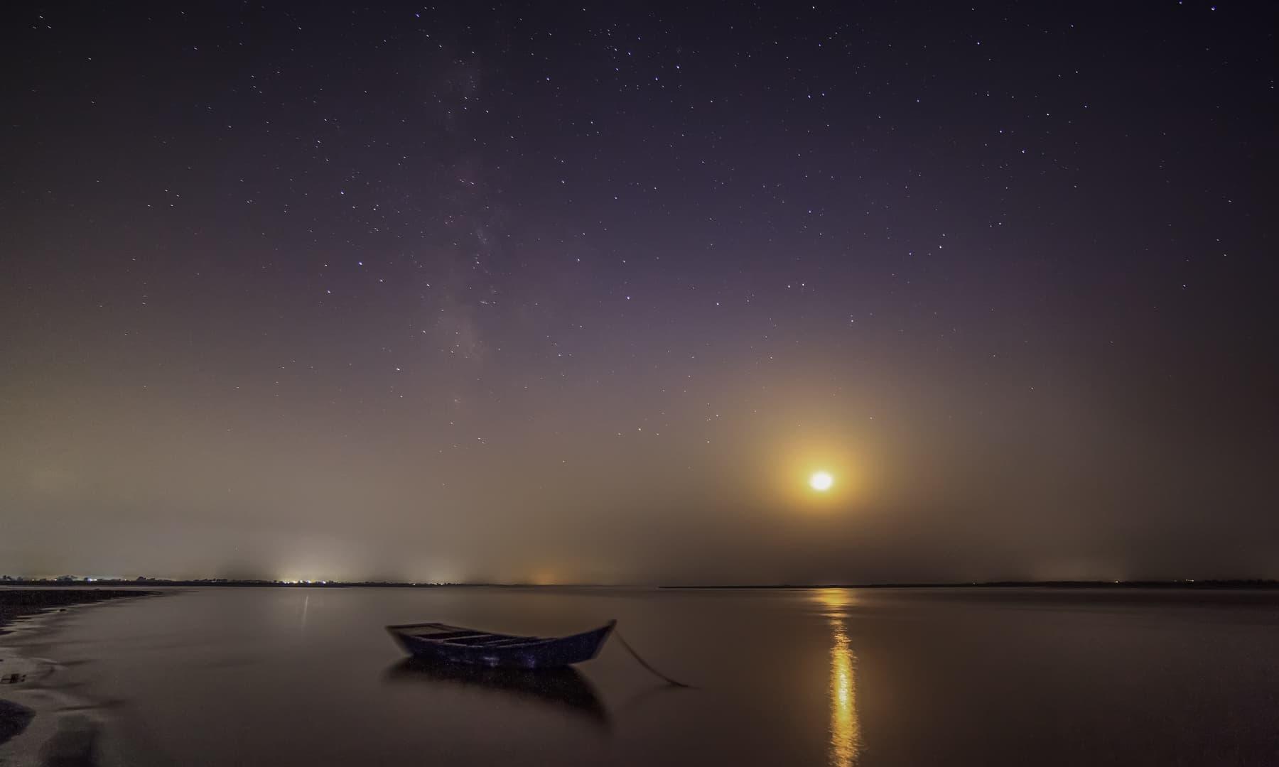 چناب، چاند، اور کہکشاں.— فوٹو سید مہدی بخاری۔