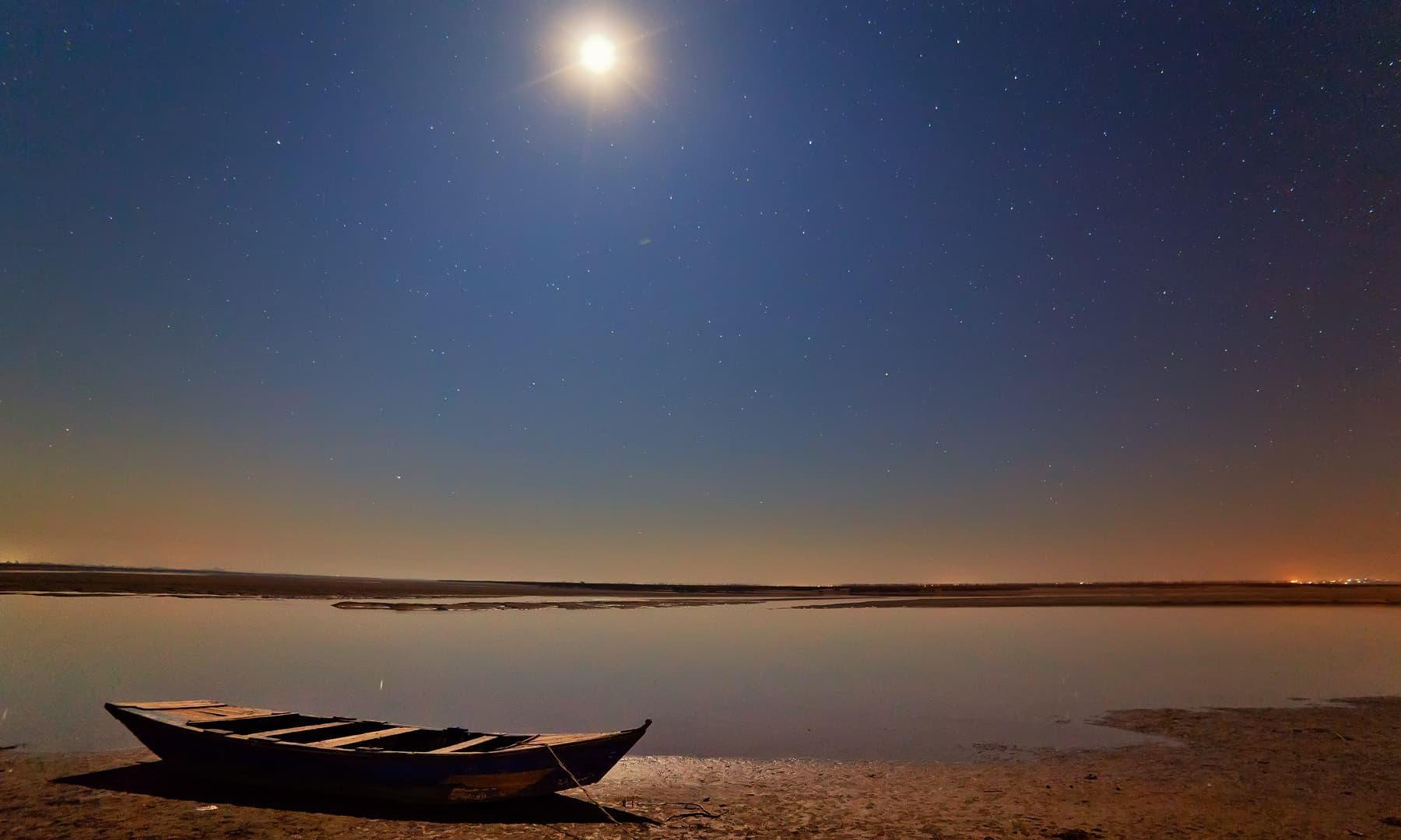 دریائے چناب پر آدھی رات.— فوٹو سید مہدی بخاری۔