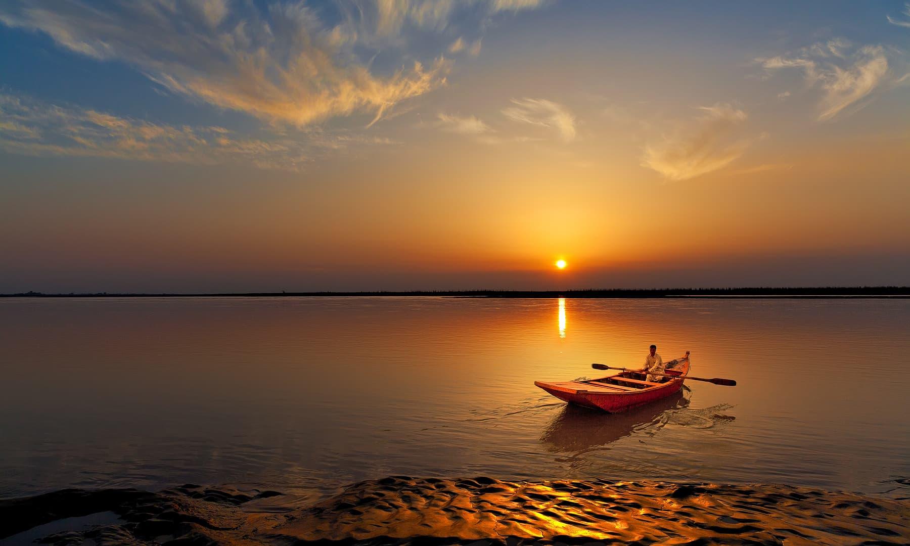 مرالہ میں ڈوبتے سورج کا منظر.— فوٹو سید مہدی بخاری۔