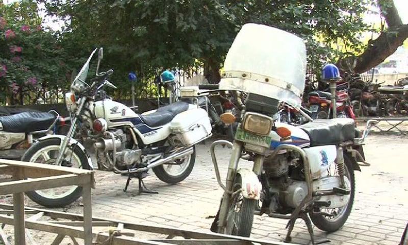 The 125cc motorbikes used by Punjab police. — DawnNews screengrab