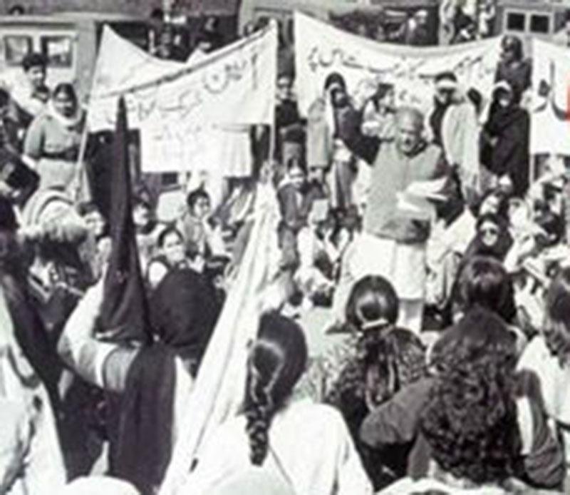 Revolutionary poet, Habib Jalib, reciting a poem at an MRD rally in Lahore (1983). He shouted: 'Zulmat Ko Zia, Sar Sar Ko Saba, Banday Ko Khuda Kia Likhna …!'
